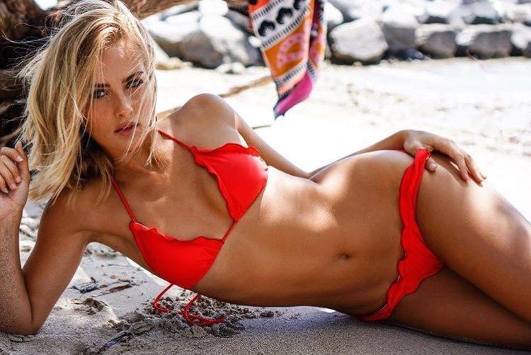 Selena Weber, scollatu.re in spiaggia a Miami