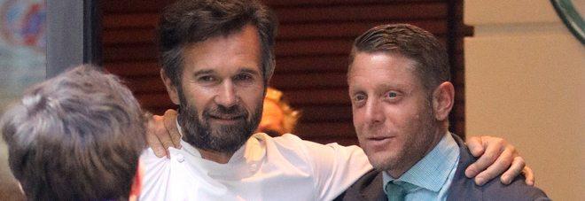 Lapo Elkann torna fra i vip: Eccolo mentre esce dal ristorante con Carlo Cracco