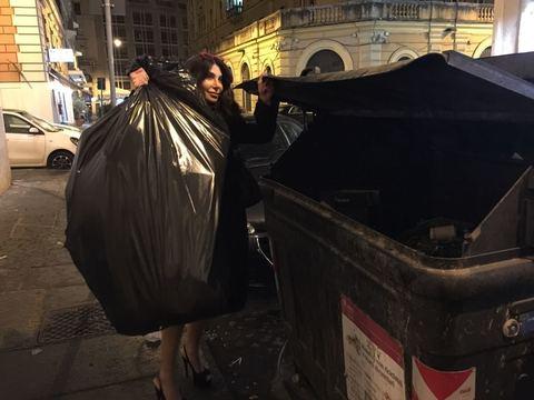 Carmen Di Pietro chic anche mentre butta l'immondizia: Ai secchioni con il tacco 12