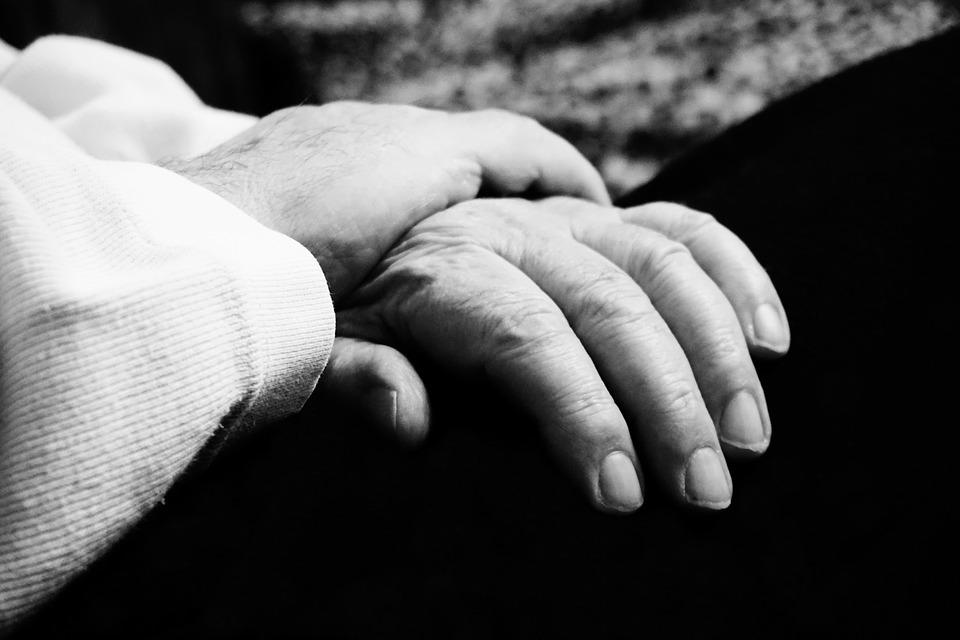 Una donna si risveglia dal coma dopo 28 anni, il figlio: «Non perdete la speranza»