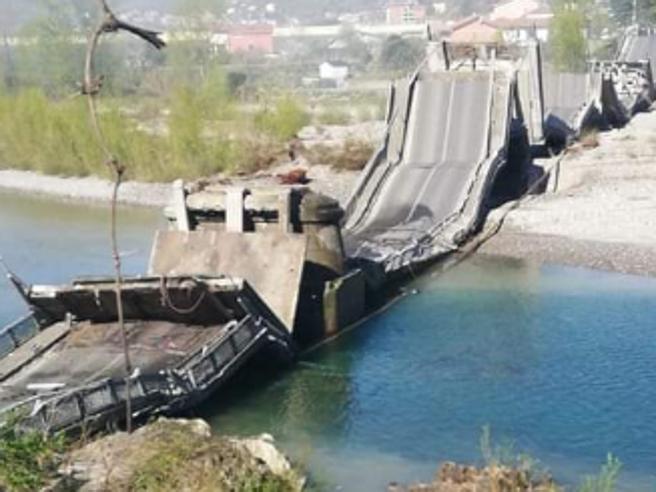 Albiano, crolla ponte sul fiume Magra. Coinvolti due furgoni