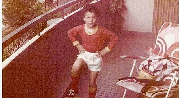 Un super tifoso della Roma pieno di riccioli, lo riconoscete? Ecco il cantante da bambino...