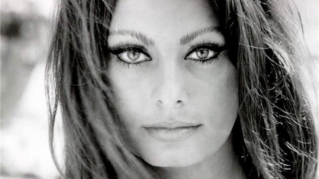 Sofia Loren sopresa a Roma in centro: bagno di folla e selfie