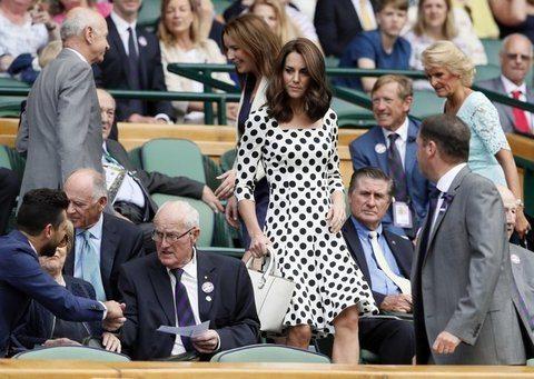 Kate madrina di Wimbledon, abito a pois e sandali con tacchi alti