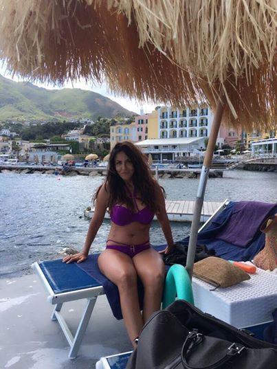 """La Ferilli in formissima in costume a Ischia dopo il terremoto: """"Dove si mangia troppo bene…"""""""