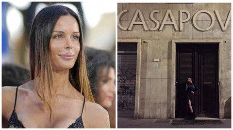 Nina Moric, foto in posa davanti alla sede di Casapound e il web impazzisce